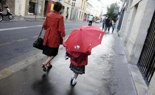 Une nounou conduisant une enfant à l'école