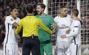 Les joueurs du PSG protestent auprès de l'arbitre face à Barcelone, en ligue des champions, le 8 mars 2017.