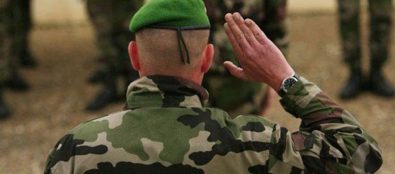 Plusieurs anciens militaires ont signé une tribune dans Valeurs Actuelles appelant à ne pas laisser la France se déliter.