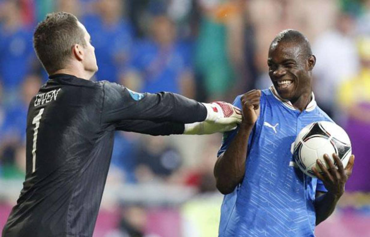 Mario Balotelli s'amuse de Shay Given pendant Italie-Irlande à l'Euro, à Poznan, le 18 juin 2012. – Jon Super/AP/SIPA