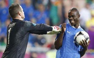 Mario Balotelli s'amuse de Shay Given pendant Italie-Irlande à l'Euro, à Poznan, le 18 juin 2012.