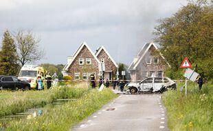Une voiture calcinée à Broek aux Pays-Bas, à la suite d'une course-poursuite avec la police le 19 mai 2021.