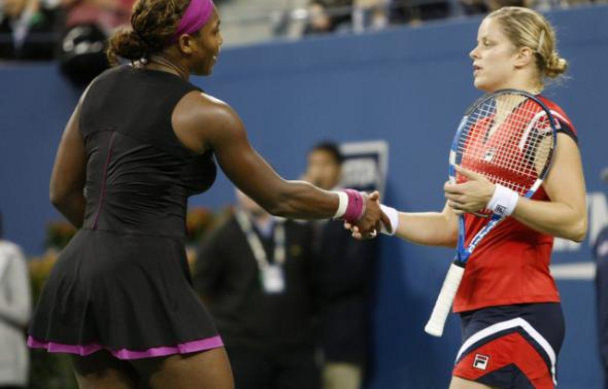Serena Williams serre la main de Kim Clijsters, après avoir perdu en demi-finale de l'US Open sur une faute de pied qui a dégénéré, à New York le 12 septembre 2009.      – Kevin Lamarque / Reuters