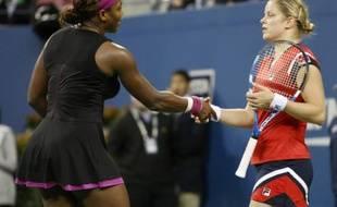 Serena Williams serre la main de Kim Clijsters, après avoir perdu en demi-finale de l'US Open sur une faute de pied qui a dégénéré, à New York le 12 septembre 2009.
