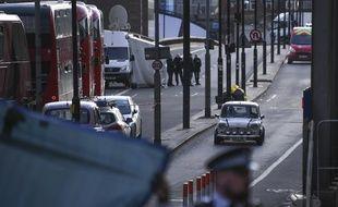 Le groupe djihadiste Etat islamique a revendiqué cette attaque du Britannique Usman Khan, 28 ans, condamné en 2012 pour des infractions terroristes et remis automatiquement en liberté conditionnelle six ans plus tard.
