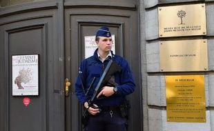 Un policier belge surveille l'entrée du musée juif de Bruxelles le 9 septembre 2014
