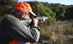 Un chasseur aux aguets lors d'une chasse au sanglier à Pietrosella sur l'île méditerranéenne française de Corse, le 15 août 2020.