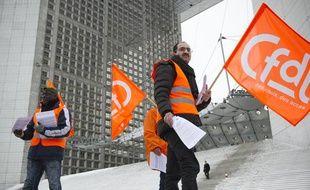 L'intersyndicale CGT, UNSA, CFDT distribue des tracts sur le parvis de  la Défense en vue du conseil europeen qui se tiendra le 14 mars à  Bruxelles, le 13 mars 2013, à Paris.