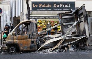 Le camion calciné devant le primeur au lendemain de la manifestation contre la loi « sécurité globale » perturbée par des casseurs, avenue Gambetta à Paris, le 6 décembre 2020.