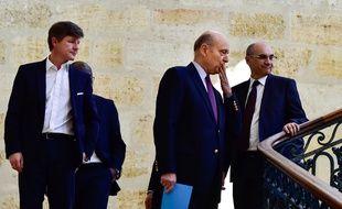 Alain Juppé salue ses collaborateurs aux côtés de Nicolas Florian, l'un de ses adjoints (à droite).