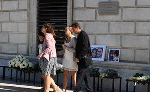 Des proches de Mauranne, lors de l'hommage rendu aux victimes de l'attentat à la gare Saint-Charles