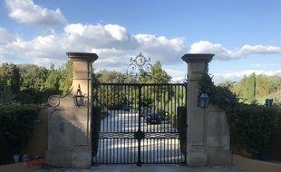 Le portail de sa propriété, dans les Alpilles.