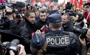 Un rassemblement de le tribunal de Bobigny où ont été entendus 5 salariés d'Air France le 2 décembre 2015. Ils sont poursuivis pour