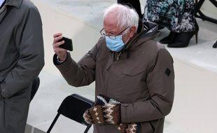 Bernie Sanders et ses moufles iconiques lors de l'investiture de Joe Biden