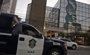 La police devant le cabinet d'avocats de Mossack-Fonseca lors de perquisitions, à Panama, le 12 avril 2016