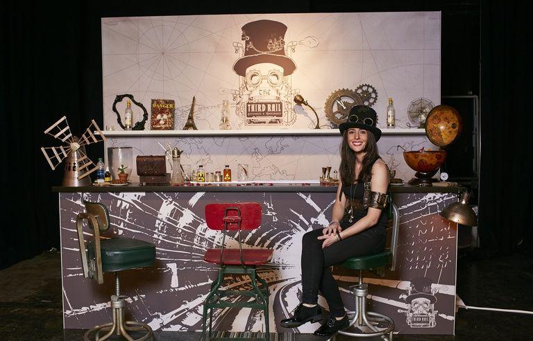 Une Le Bartender Et Elle Au Parisienne Femme Est Meilleur Monde… 7bvyYf6g