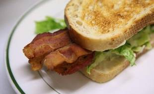 Les éleveurs britanniques de porcs ont sonné le tocsin en annonçant la disparition prochaine du bacon des petits-déjeuners, mais plus que la pénurie, c'est plutôt la hausse des prix qui menace, estiment des experts du secteur interrogés par l'AFP.