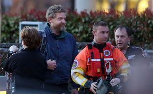 Louis Jordan (2e en partant de la gauche) a survécu après deux mois de disparition en mer. Photo prise le 2 avril 2015 à Norfolk, aux Etats-Unis.