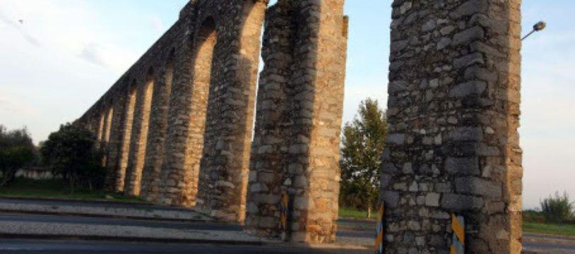 L'aqueduc de la ville d'Evora, au Portugal
