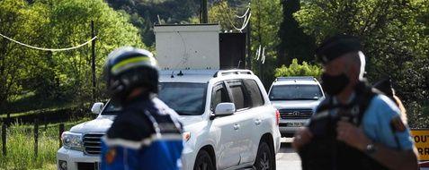 Les gendarmes s'affairent pour retrouver un homme qui a tué deux personnes dans une scierie, près du village de Plantiers, dans le sud de la France.