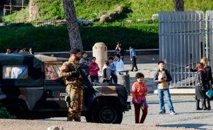Un soldat italien patrouille près du Colisée, à Rome, le 19 novembre 2015