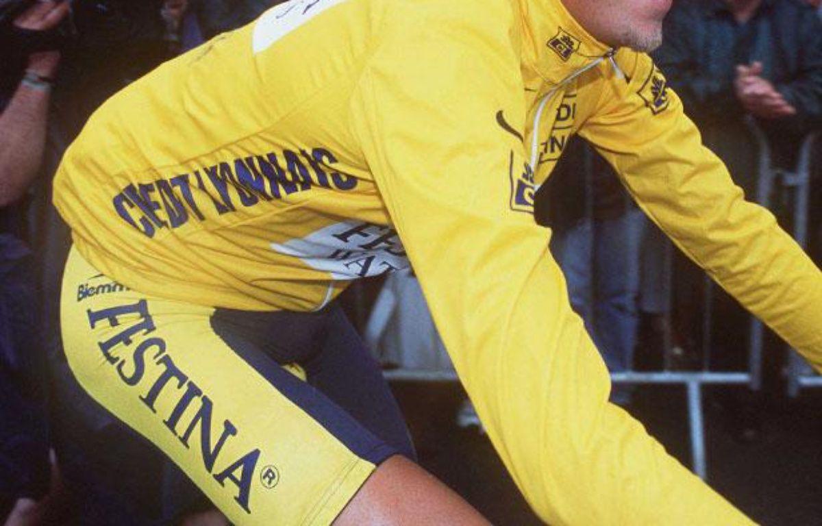 En 1999, l'équipe Festina est entièrement exclue du Tour de France pour violation du règlement anti-dopage. – NEBINGER/SIPA