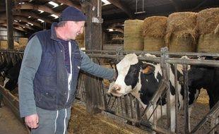 François Roulland élève des vaches en bio dans le Calvados, le 14 février 2013.