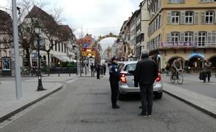 Les policiers à l'entrée de la Grande Île demandent aux véhicules autorisés de montrer ce qu'ils transportent.