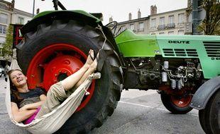 Manon Ossevoort, jeune Hollandaise avec son tracteur, le 23 juillet 2005 à Saint Etienne.