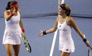 Caroline Garcia et Kristina Mladenovic lors de leur match de double en finale de la Fed Cup, contre Barbora Strycova et Karolina Pliskova, le 13 novembre 2016. AP Photo/Jean-Francois Badias