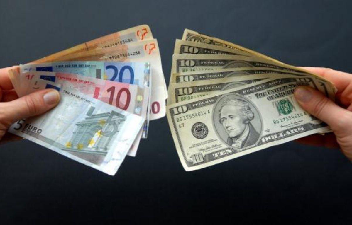 L'euro plongeait face au dollar mardi, après avoir évolué la plus grande partie de la séance autour de l'équilibre, plombé par un regain d'inquiétude sur une contagion de la crise à l'Espagne déclenché par l'abaissement de la note souveraine du pays par une petite agence de notation. – Bertrand Langlois afp.com