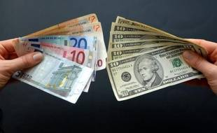 L'euro plongeait face au dollar mardi, après avoir évolué la plus grande partie de la séance autour de l'équilibre, plombé par un regain d'inquiétude sur une contagion de la crise à l'Espagne déclenché par l'abaissement de la note souveraine du pays par une petite agence de notation.