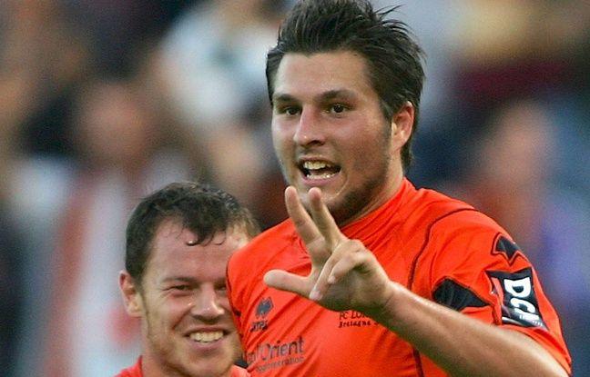 André-Pierre Gignac (avec Guillaume Moullec derrière lui) indique le nombre de buts inscrits face à Nantes, le 26 août 2006.
