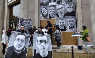 Des membres de la Convention citoyenne pour le climat accrochent leur portrait aux murs du Cese (Conseil économique, social et environnemental), le 5 mars 2020.