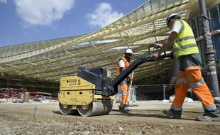 """Des ouvriers sur le chantier de """"La Canopée"""" le 22 mai 2015 aux Halles à Paris"""