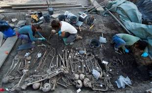 Plus de 150 squelettes datant du XIVe siècle, et certainement morts de la peste noire, ont été découverts dans des fosses lors de fouilles archéologiques, à Toulouse, à l'été 2014.