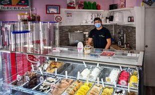 (Illustration) Un marchand de glaces artisanales, Constantin de Roumanie, pose dans sa boutique dans le quartier du Trastevere à Rome le 6 mai 2020.