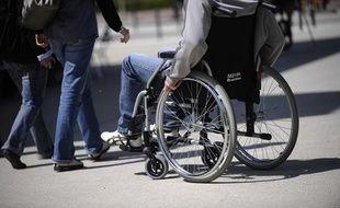 Personne en fauteuil roulant à Nantes.