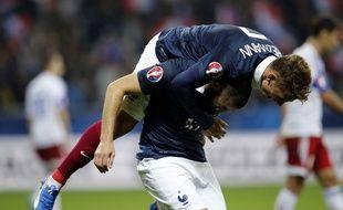 Antoine Griezmann félicité Karim Benzema, le 8 octobre 2015, à Nice.