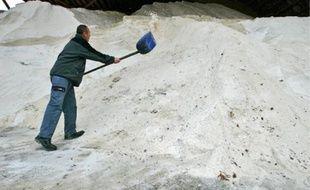 Les tas de sel sont préparés en amont pour les chasse-neige, selon les chutes prévues.