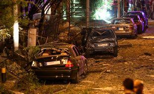 Des voitures endommagées près du lieu de l'explosion survenue à Beyrouth (Liban), le 12 juin 2016.