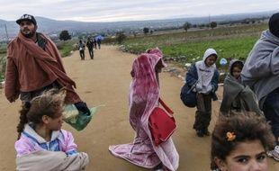 Des migrants s'apprêtent à traverser la frontière entre la Serbie et la Macédoine près du village de Miratovac, le 21 octobre 2015