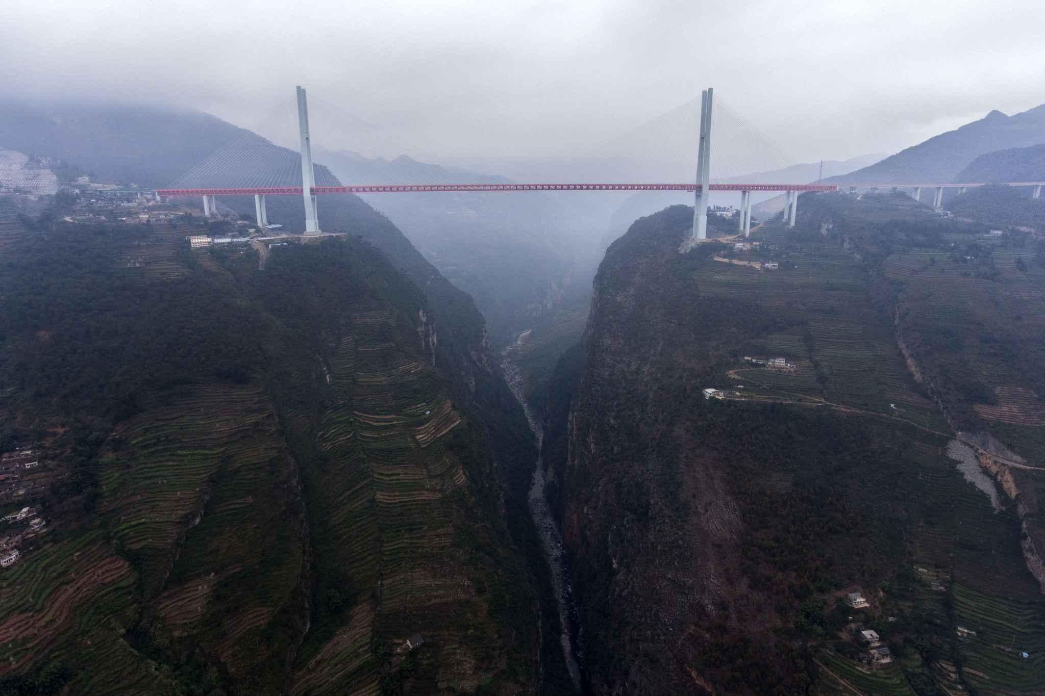 Le pont le plus haut du monde est à couper le souffle