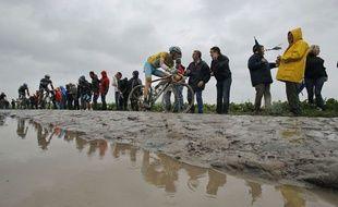 Les coureurs du Tour de France sur les pavés du Nord le 9 juillet 2014.