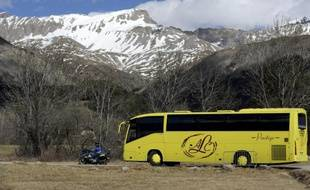Un car transportant des familles et proches de victimes du crash de l'A320 de la compagnie Germanwings arrive à Seyne-les-Alpes, dans les Alpes-de-Haute-Provence, le 31 mars 2015