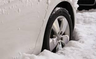 Les véhicules devront être équipés de chaînes ou de pneus neige pour circuler dans les zones montagneuses (illustration).