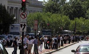 A Washington, des dizaines de personnes patientent sur le strip de la New York Avenue, devant le building du Trésor américain qui vient d'être évacué après un séisme de magnitude 5,9 ressenti dans plusieurs villes de la Côte Est, mardi 23 août 2011.