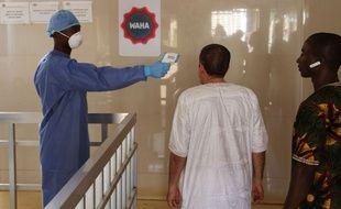 Un test de température lors de l'épidémie d'Ebola en 2016, à Conakry en Guinée.