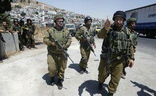 Des soldats israéliens patrouillent à l'entrée du camp de réfugiés d'Al-Arub à proximité d'Hébron, après l'attaque au couteau contre de deux d'entre eux