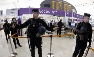 Des effectifs de la police aux frontières (PAF) et de CRS étaient déployés jeudi matin au terminal 2F de l'aéroport de Roissy pour remplacer les agents de sûreté qui entamaient leur septième jour de grève, a constaté une journaliste de l'AFP.